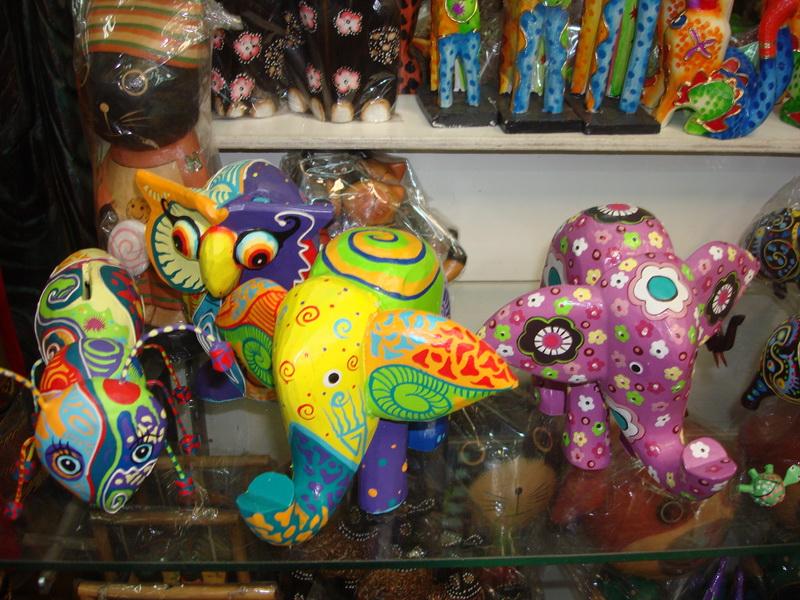 Сувениры - яркие фигуры животных из дерева, рынок Чатучак