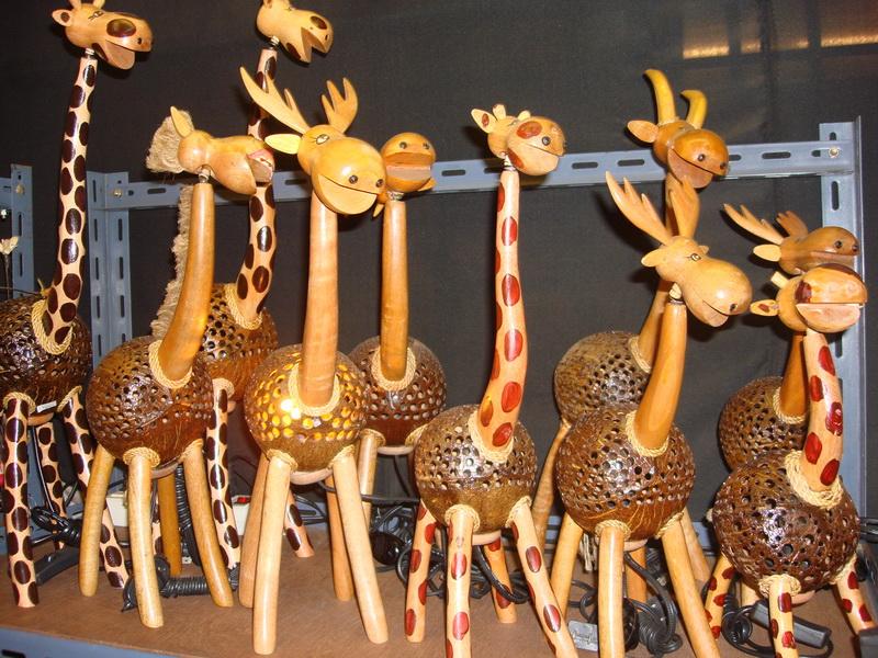 Жираф, Олень, светильники из  дерева и кокоса, рынок  Чатучак