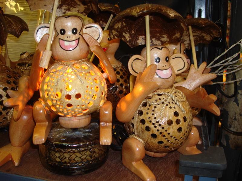 Обезьяна с зонтом, светильники из  дерева и кокоса, рынок  Чатучак