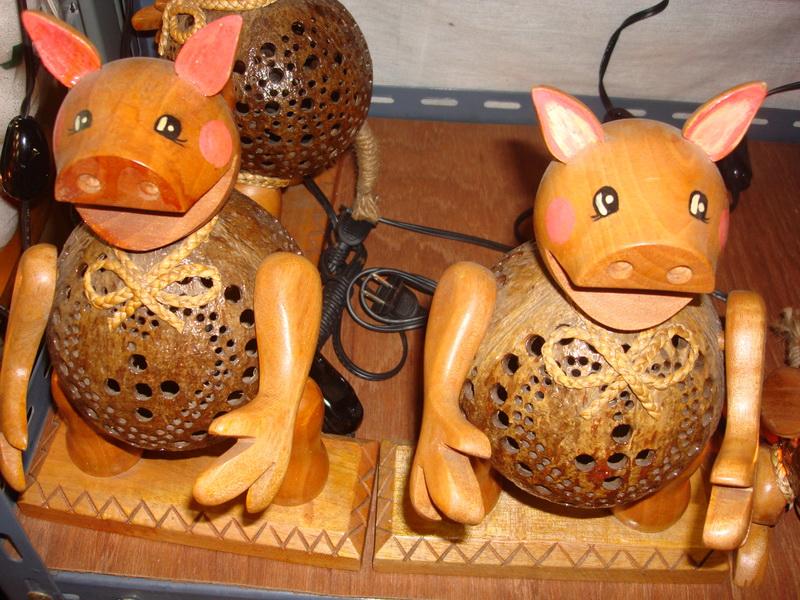 Свинья, светильники из  дерева и кокоса, рынок  Чатучак