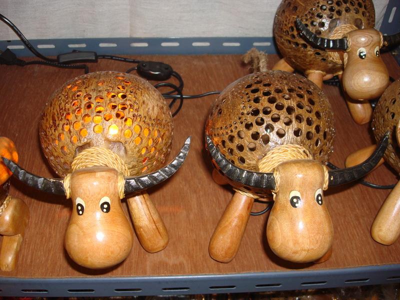 Буйвол, светильники из  дерева и кокоса, рынок  Чатучак