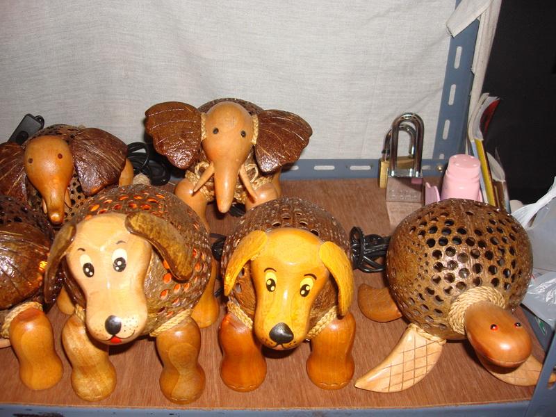 Собака, Черепаха, Слон, светильники из  дерева и кокоса, рынок  Чатучак