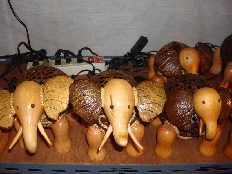 Слон, светильники из  дерева и кокоса, рынок  Чатучак