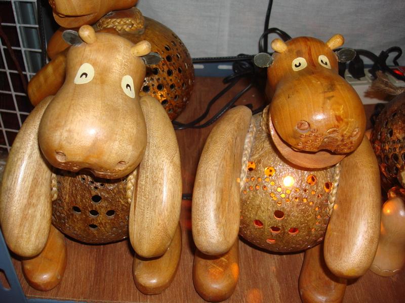 Носорог, светильники из  дерева и кокоса, рынок  Чатучак