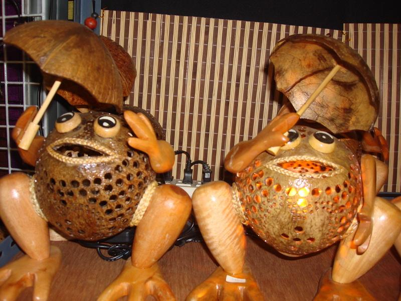 Лягушка с зонтом, светильники из  дерева и кокоса, рынок  Чатучак