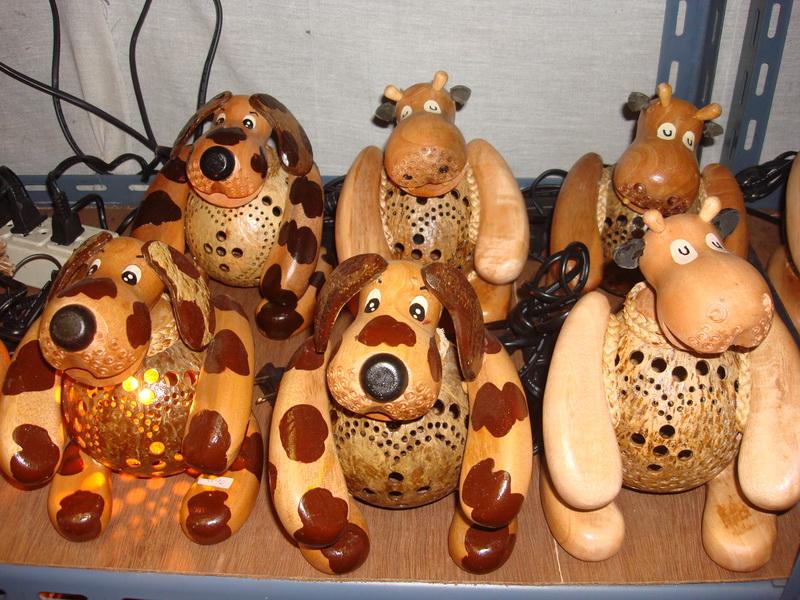 Собака, Корова, светильники из  дерева и кокоса, рынок  Чатучак
