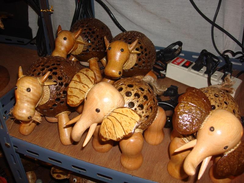 Слон, Буйвол, светильники из  дерева и кокоса, рынок  Чатучак